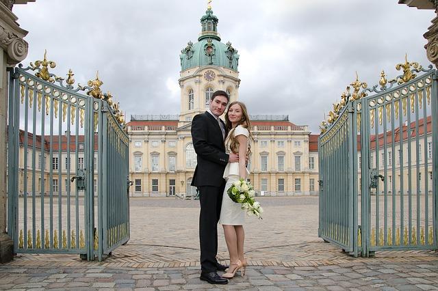 novomanželé u brány