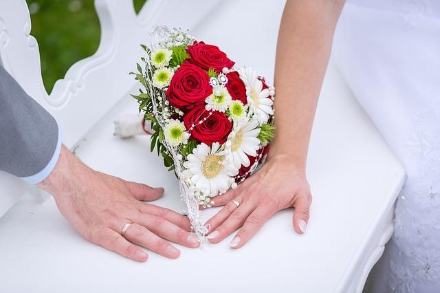 ruce s prstýnky