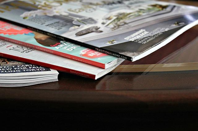 časopisy na stolku