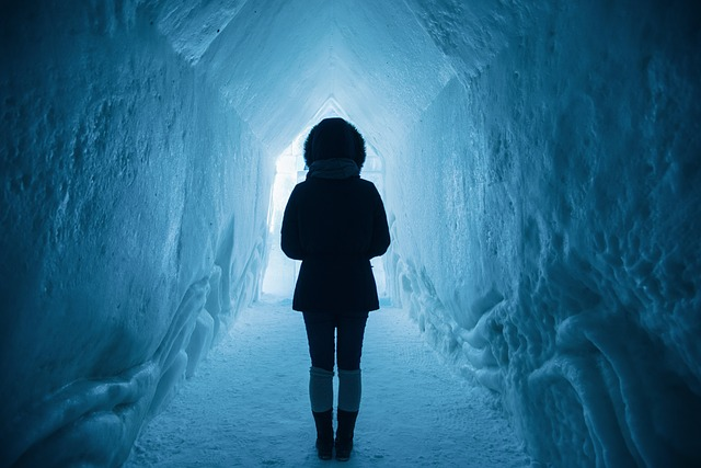 žena v ledové jeskyni