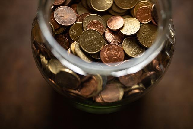 zlaté mince ve sklenici, euro centy